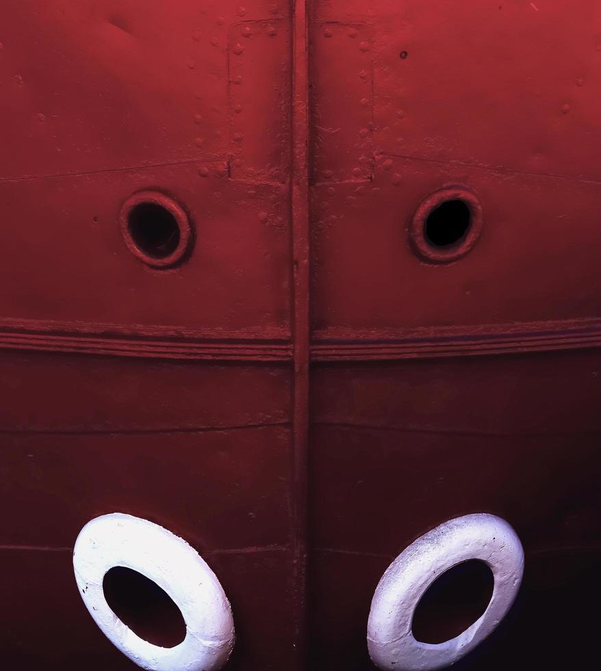 la proue d'un navire rouge photo