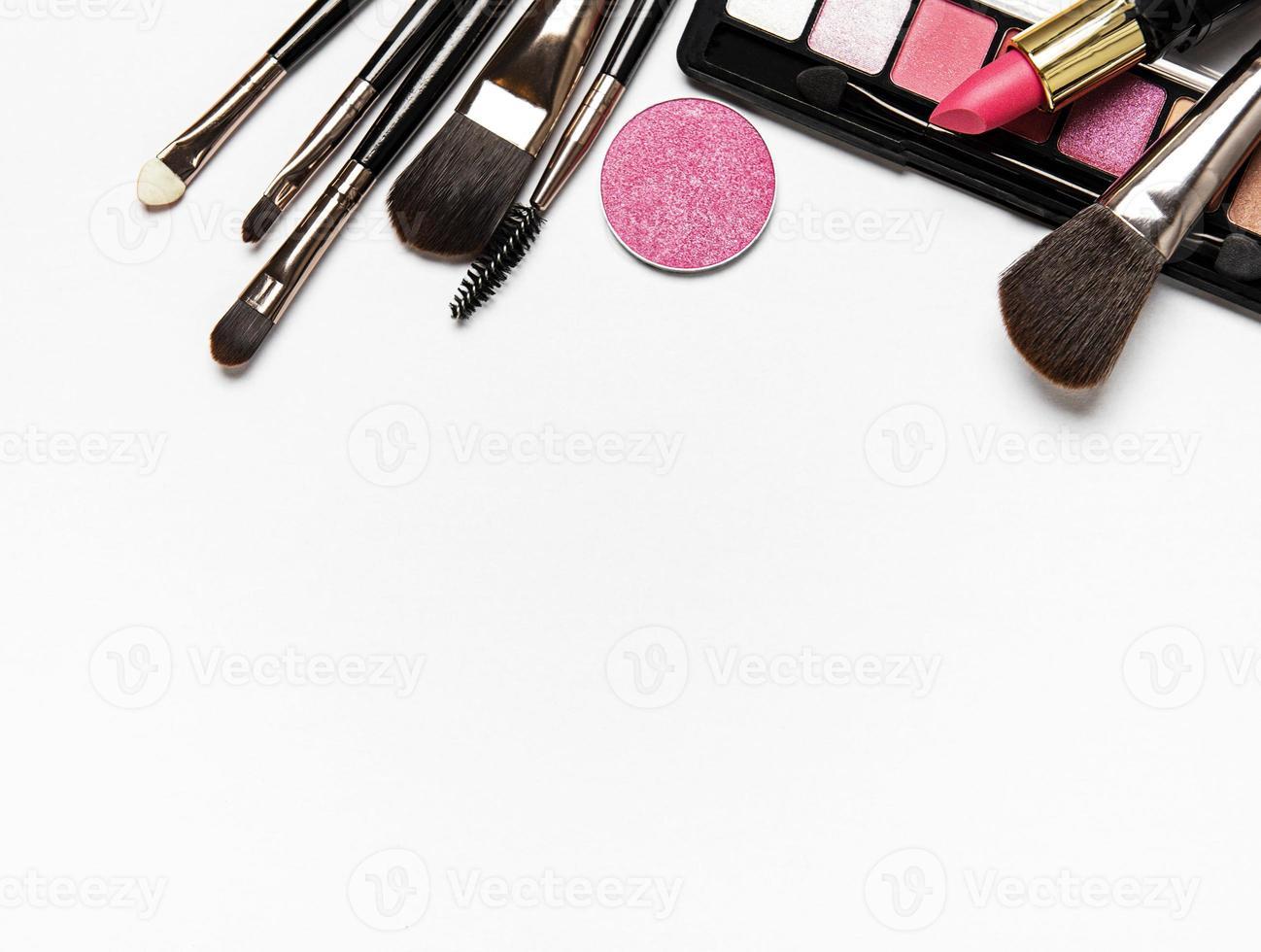 maquillage sur fond blanc avec espace copie photo