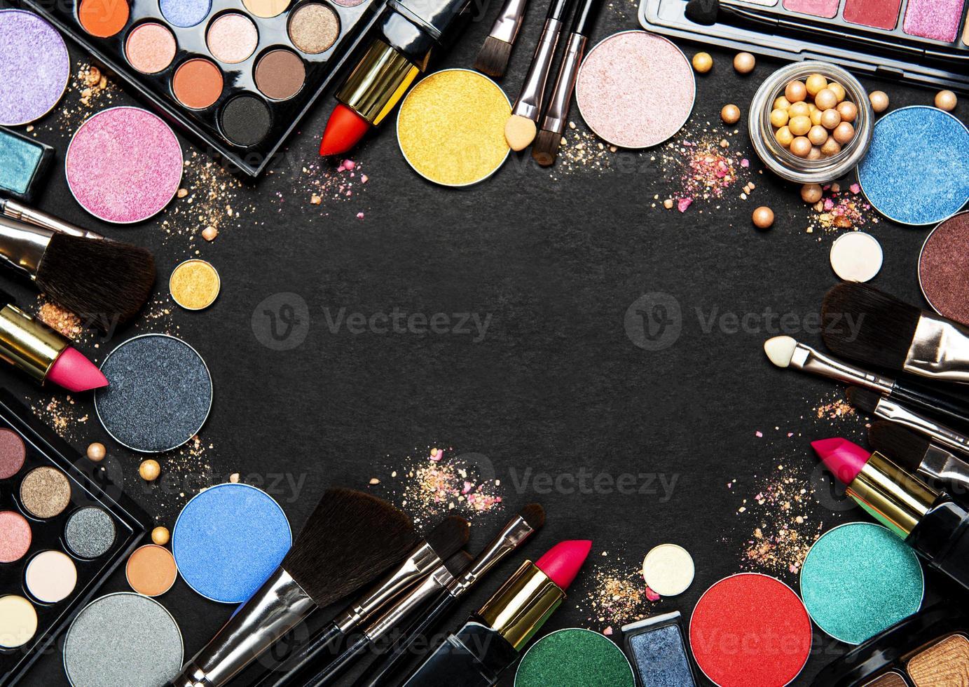 cadre de maquillage sur fond noir photo