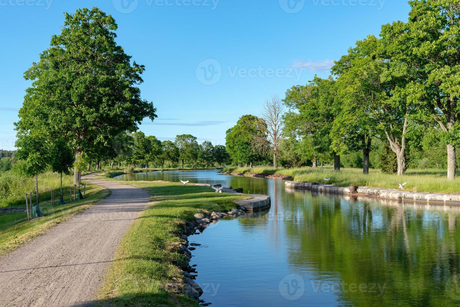 Écluse du canal dans une partie étroite du canal gota en Suède photo