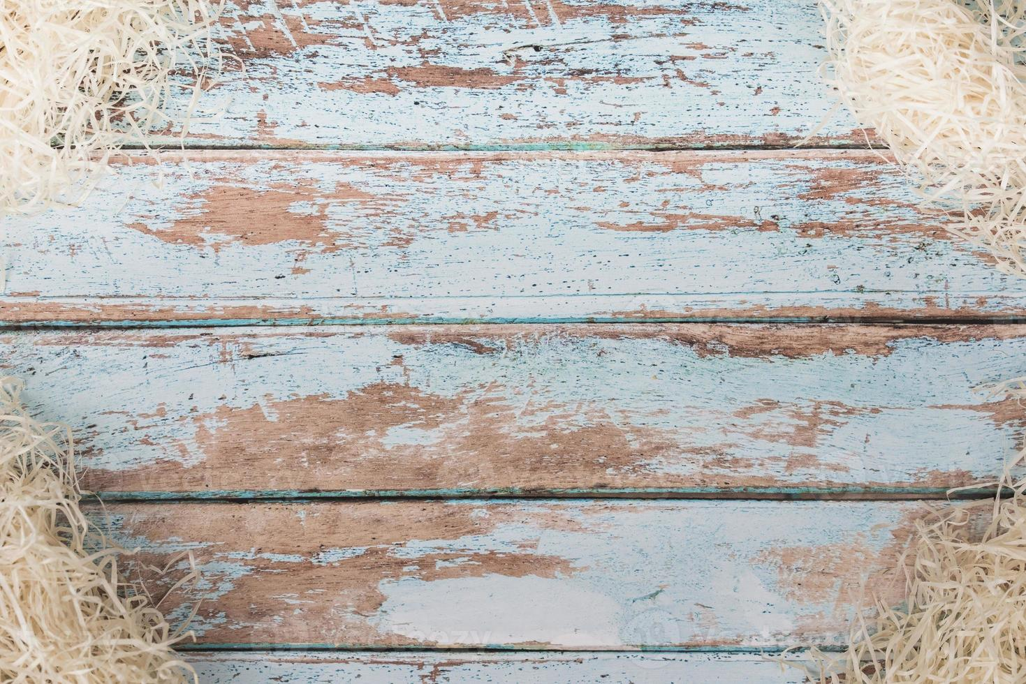 paille décorative sur table en bois rustique photo