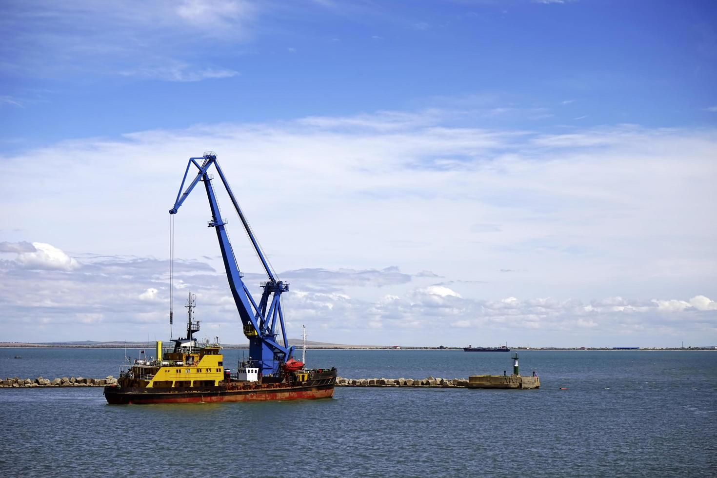 paysage marin avec vue sur la grue flottante photo