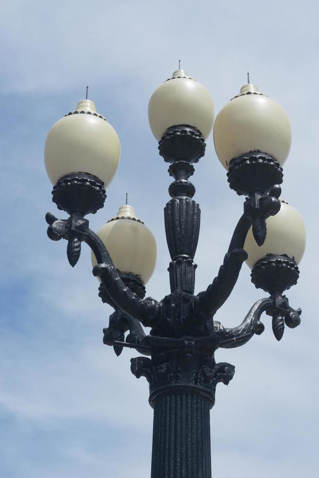 belle lanterne sur le quai de yalta, crimée. photo