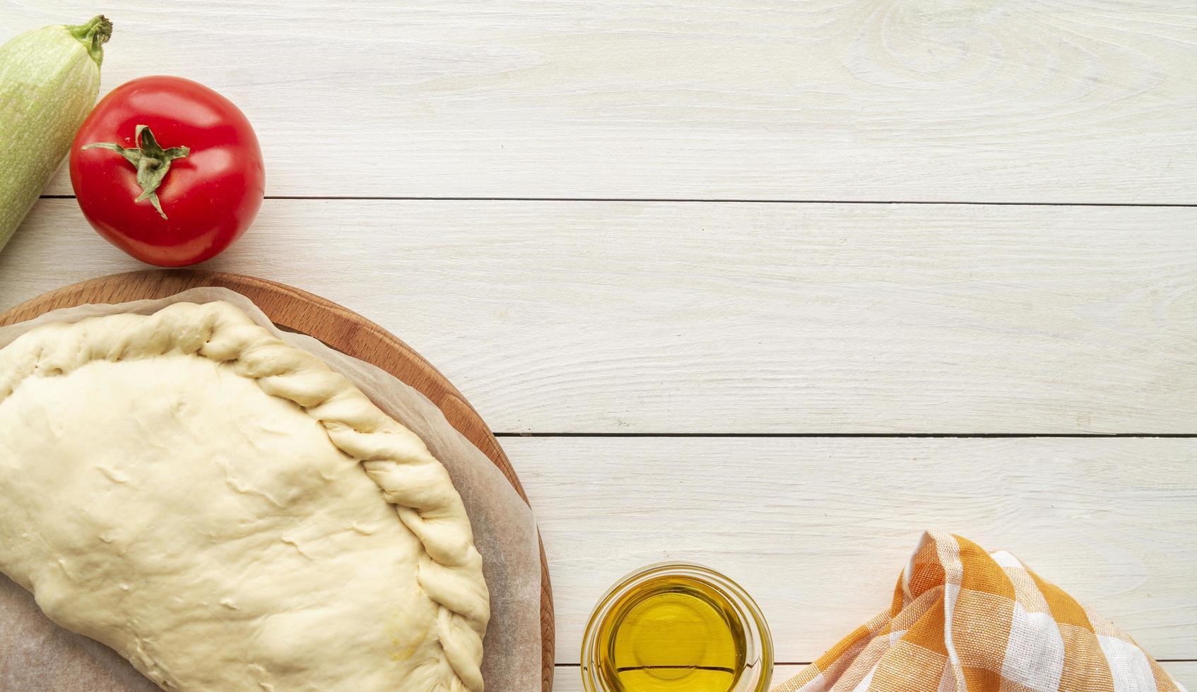calzone non cuit avec des ingrédients photo