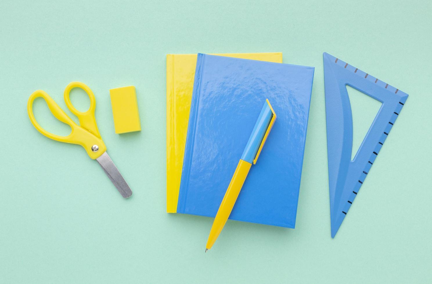 arrangement de fournitures scolaires avec espace copie photo