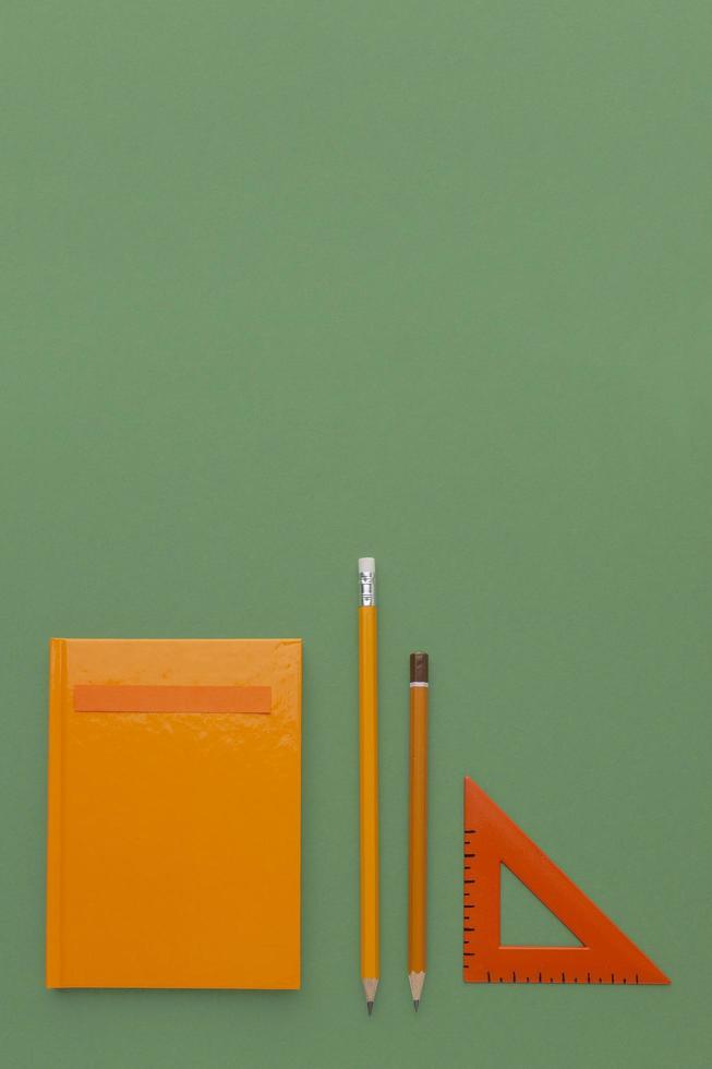 vue de dessus composition de fournitures scolaires photo