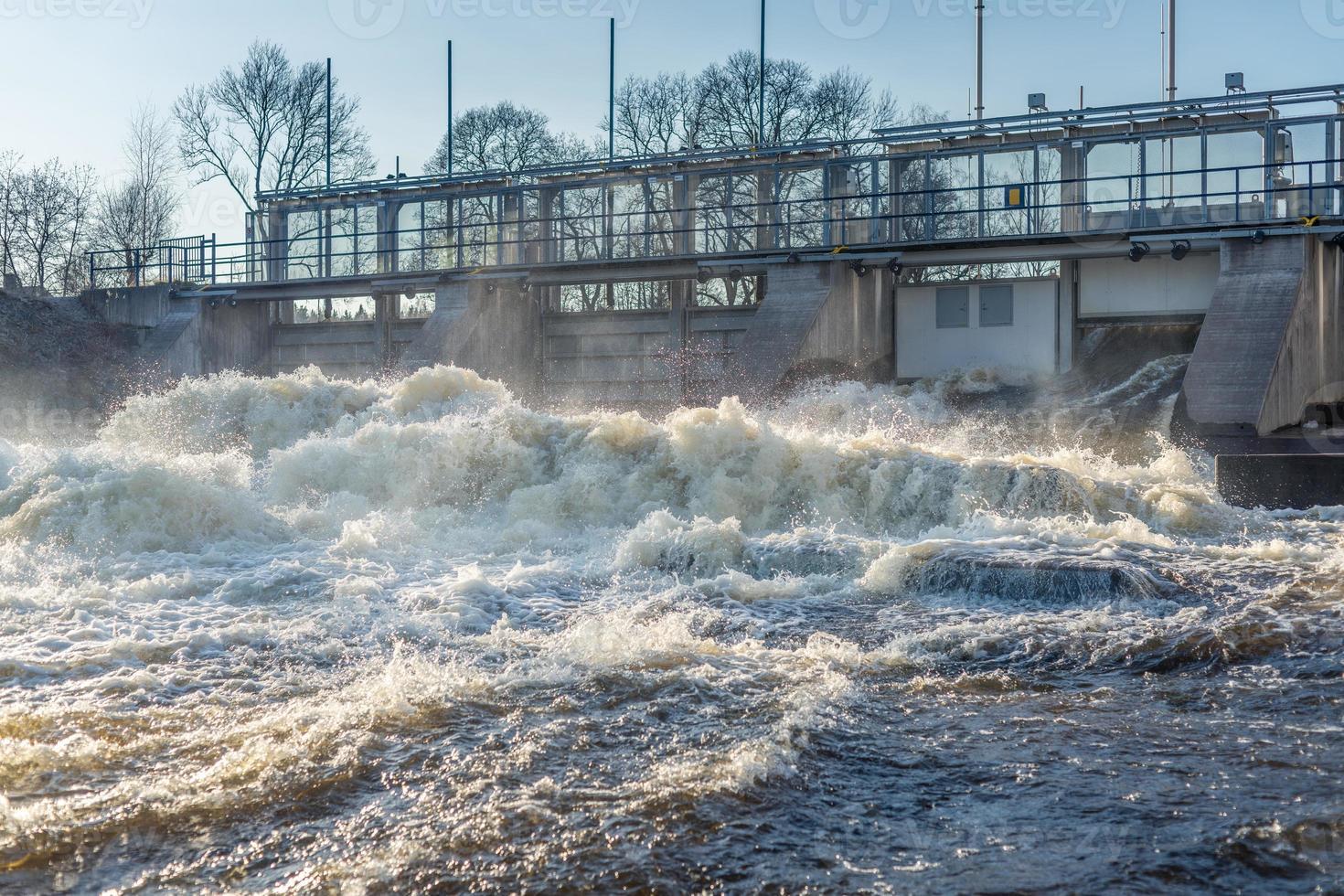 Cascades de waterr rincer à partir d'une porte dans une centrale hydroélectrique photo