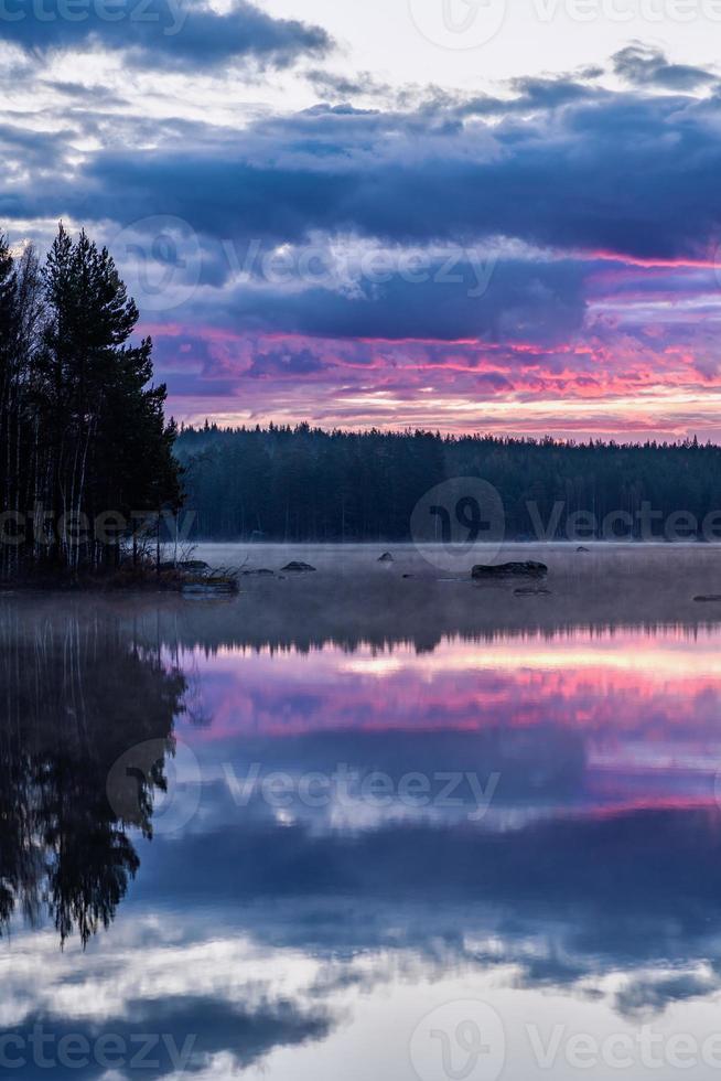 Tôt le matin, vue traverser un lac calme en Suède photo