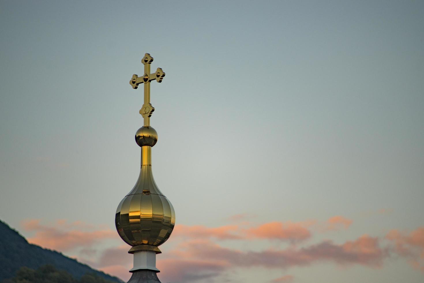 le dôme doré de la chapelle sur fond de ciel du soir photo