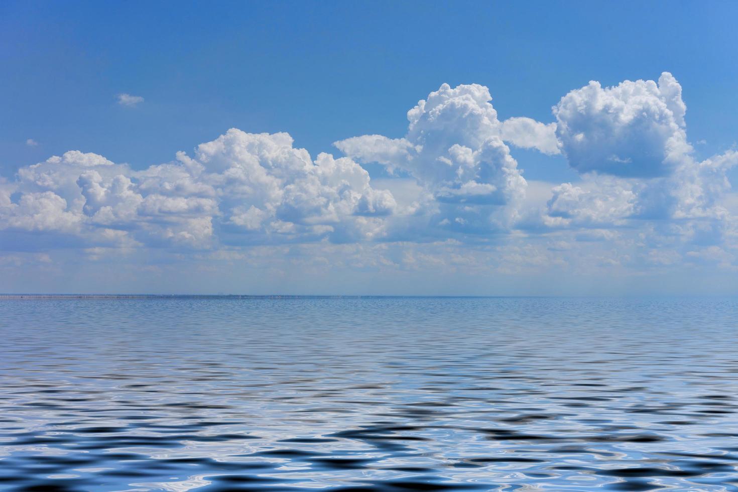 paysage marin avec une grande plage de galets et une mer bleue à l'horizon. photo