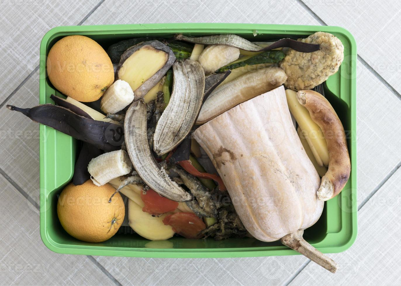 vue de dessus bac de recyclage avec des légumes biologiques photo