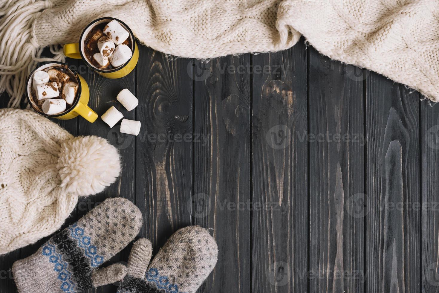 tasses avec des guimauves près des accessoires pour temps chaud photo