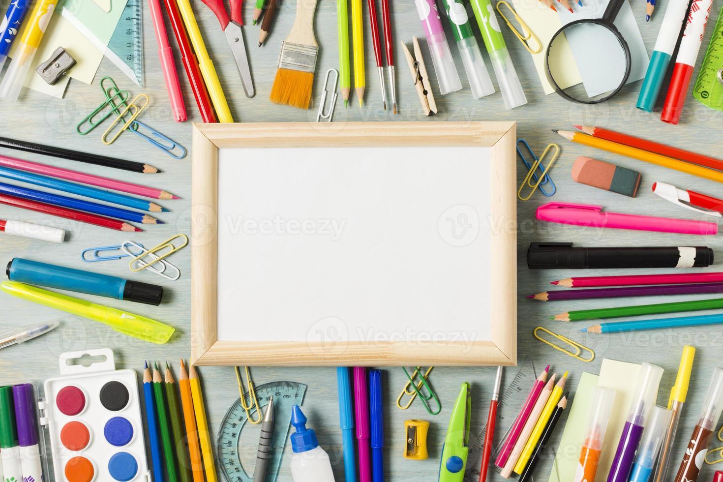 table de bureau bureau avec arrangement de fournitures photo