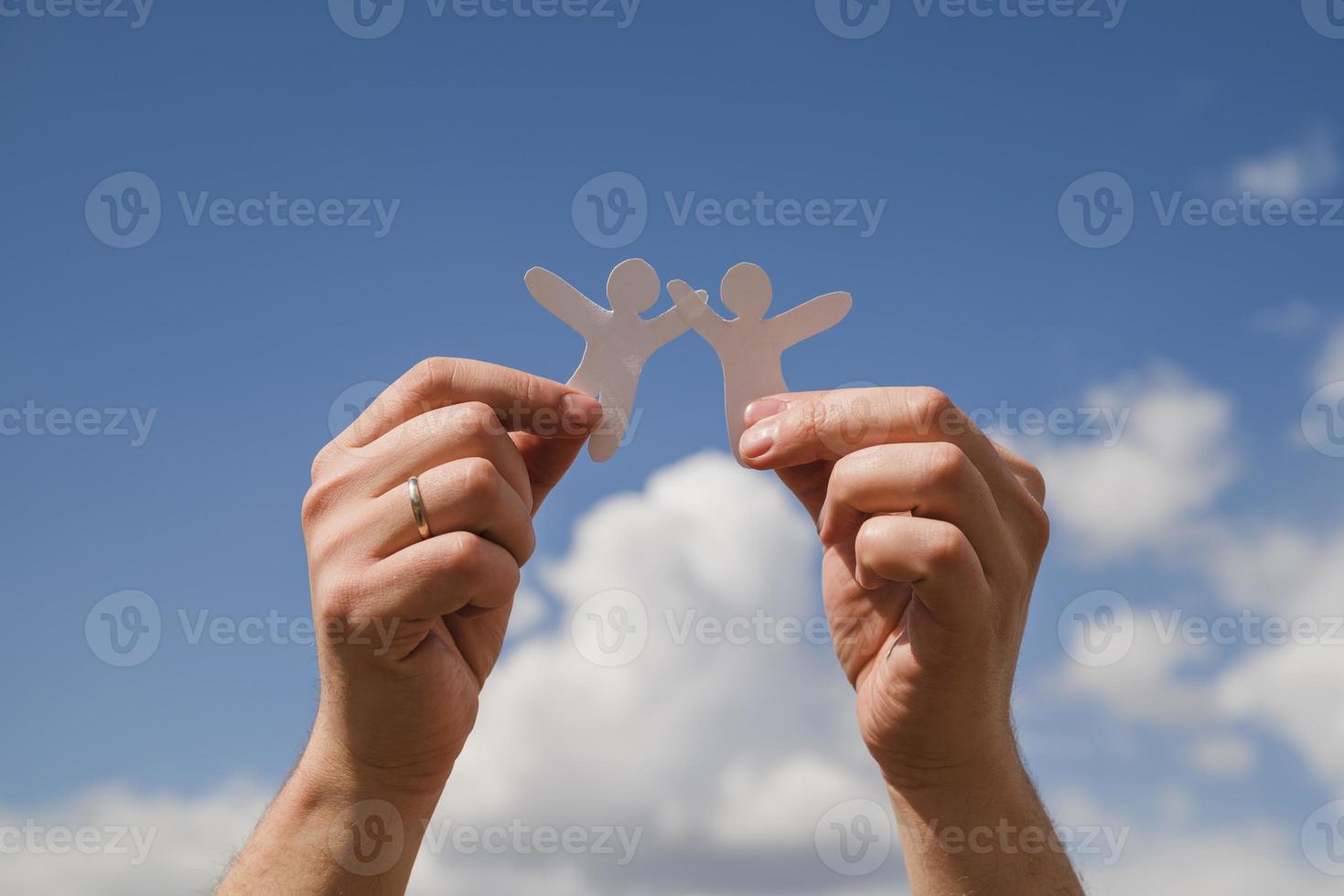 poupées en papier contre le ciel photo