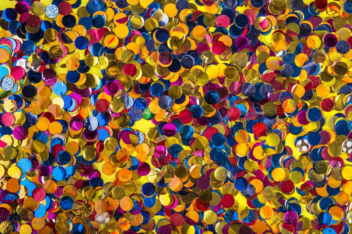 composition de fête avec des confettis colorés photo