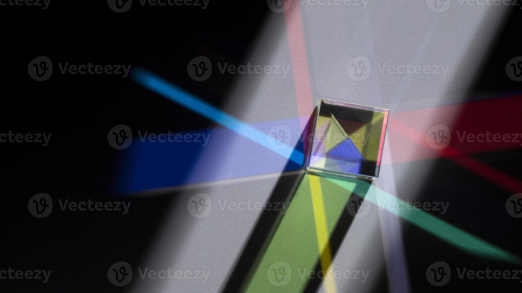 prisme dispersant des lumières colorées photo
