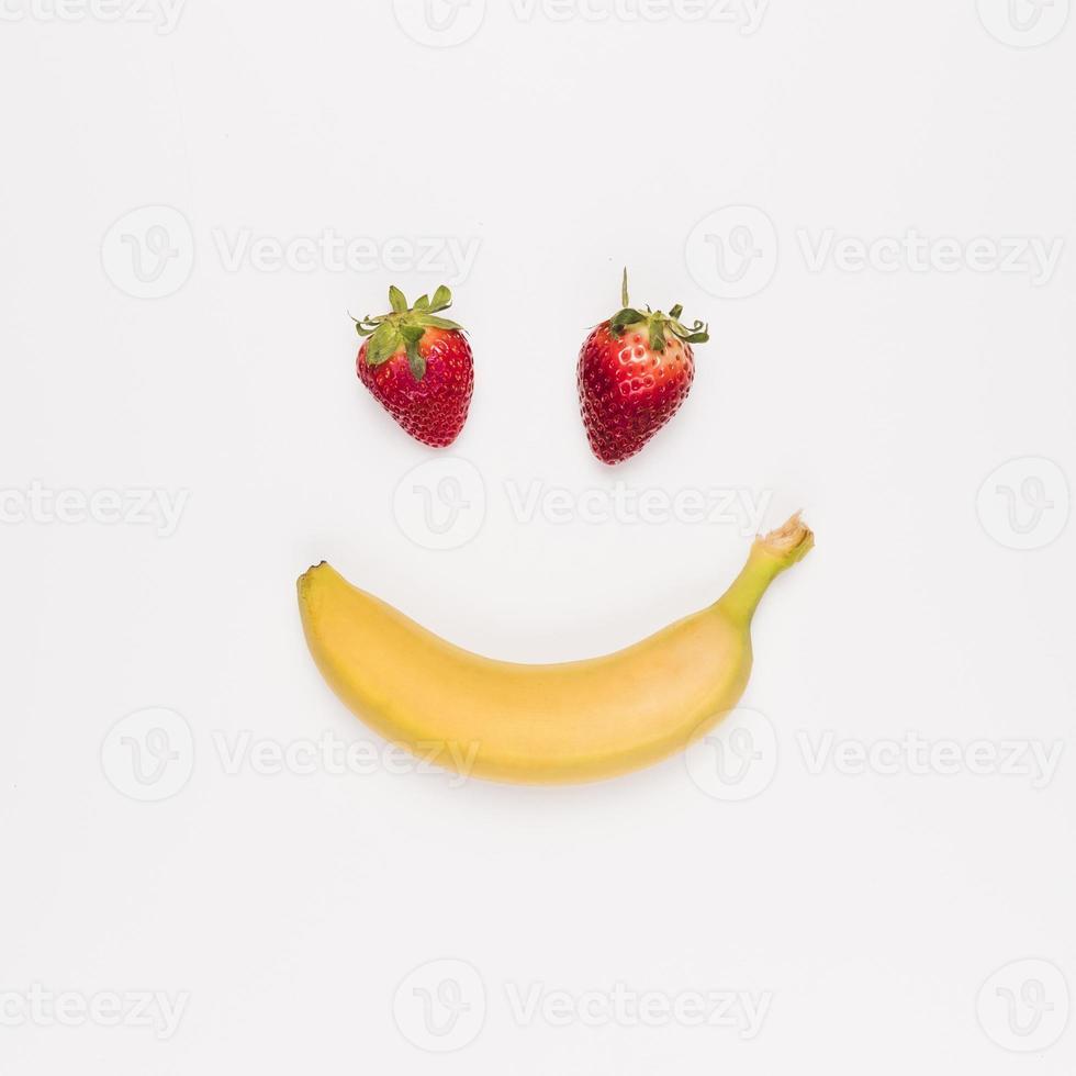 fraises rouges et banane jaune sur fond blanc photo