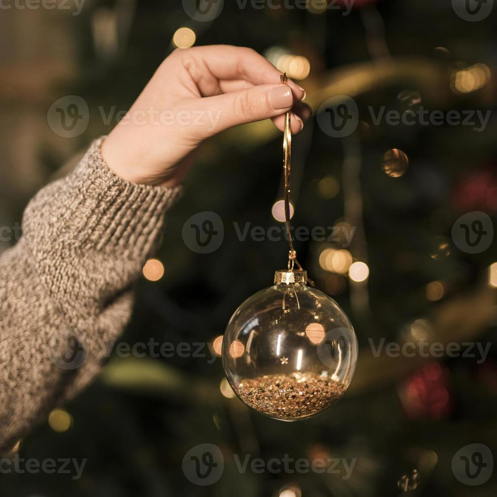 dame tenant ornement de boule de noël transparent photo