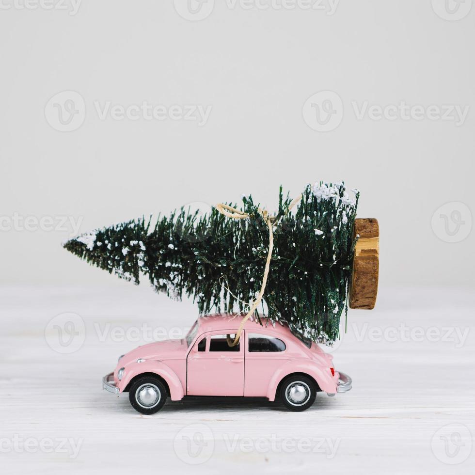 voiture miniature avec arbre de noël photo