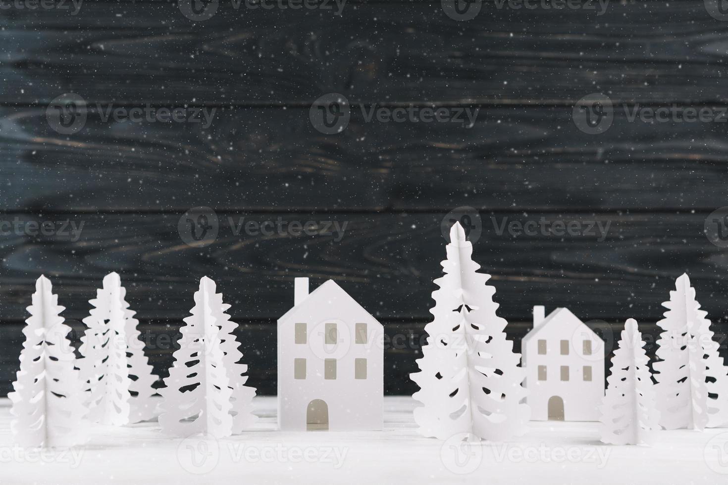 ville d'hiver en papier sur fond de bois photo