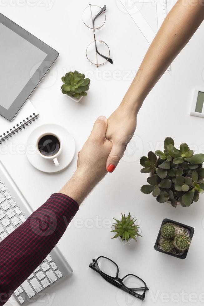 personnes se serrant la main au bureau photo