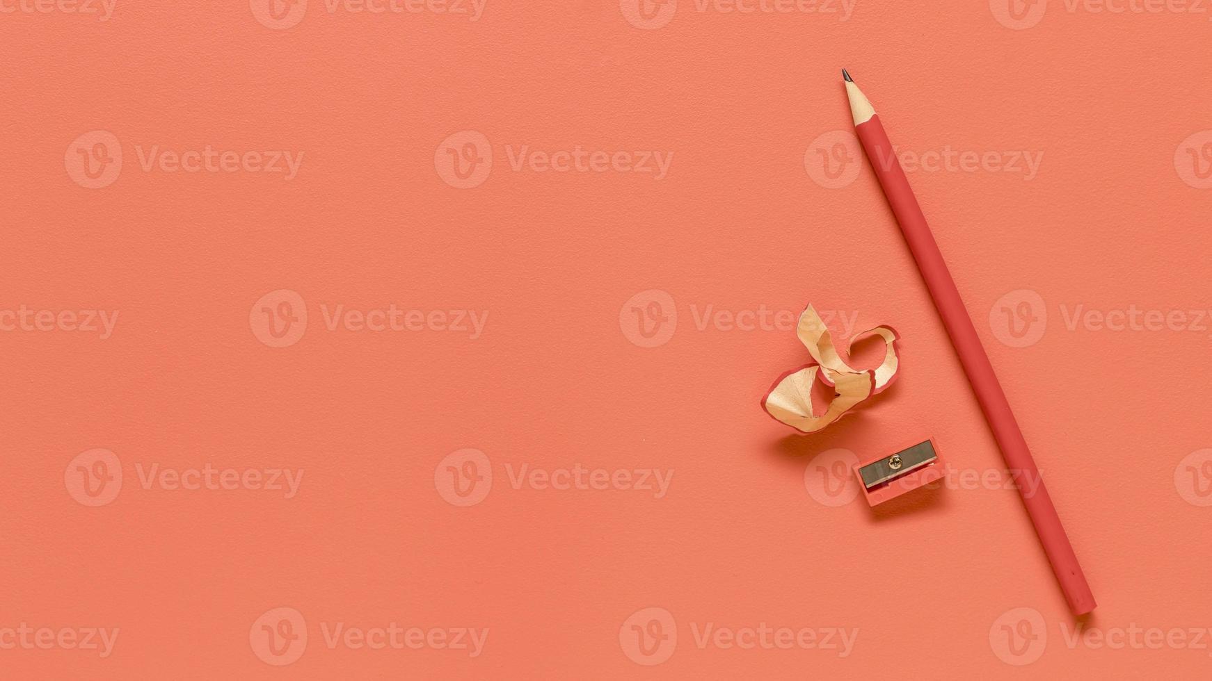 Fournitures de bureau rouges sur une surface de couleur orange photo