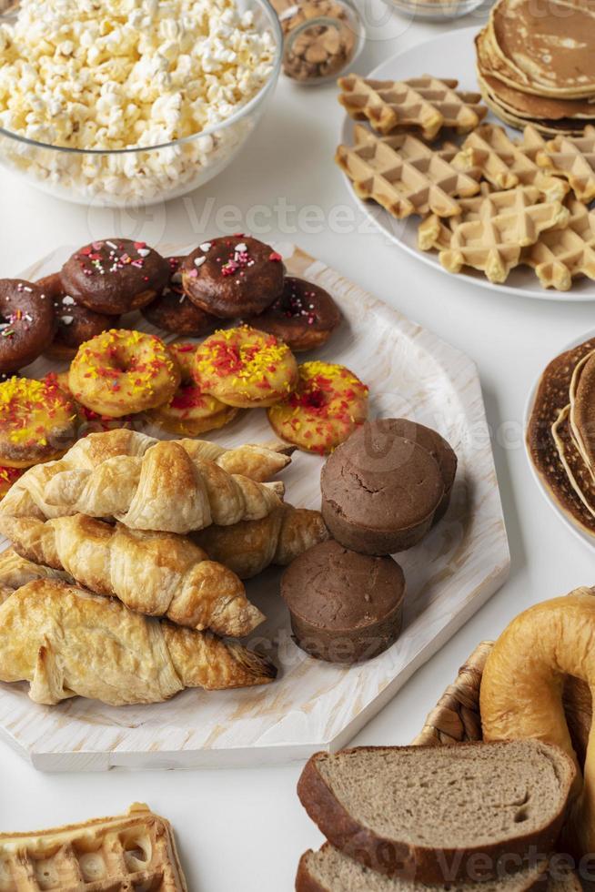 pâtisseries et collations sur nappe blanche photo