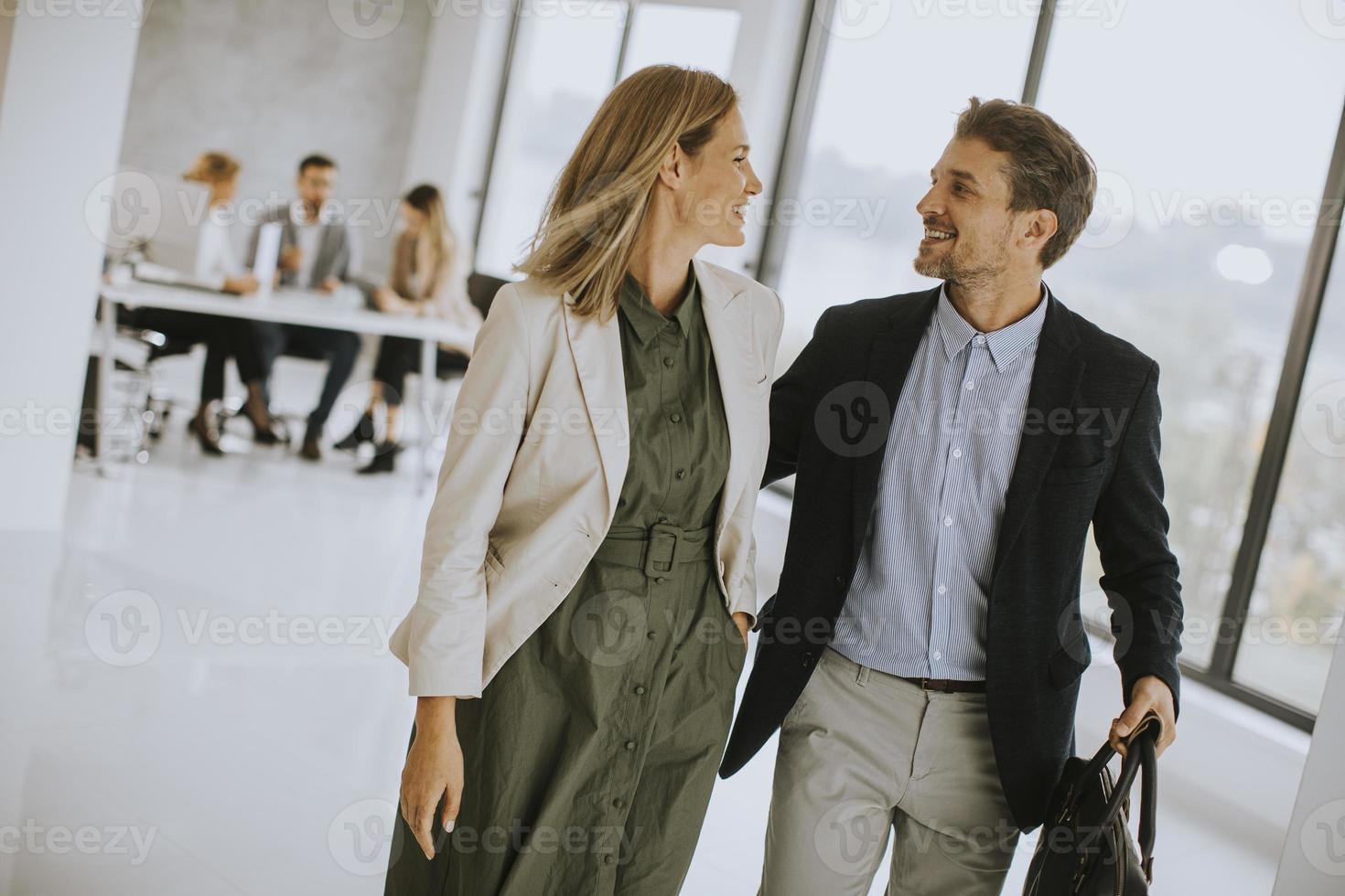deux professionnels marchant ensemble photo