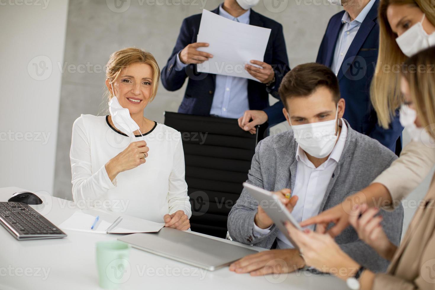 professionnels masqués regardant tablette photo