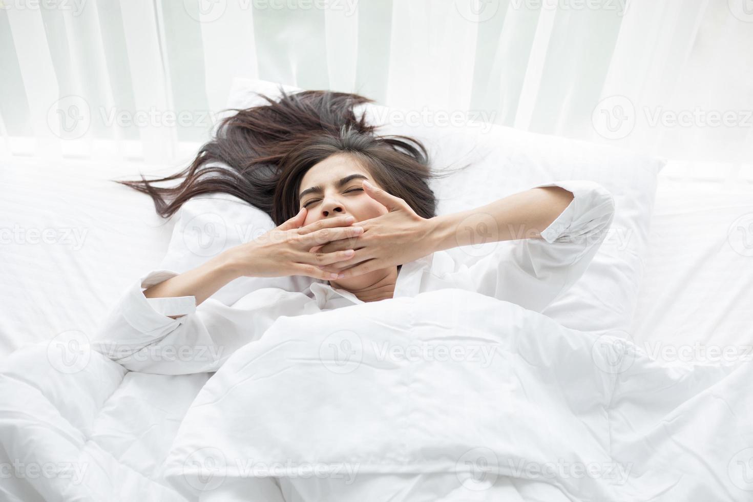 femme, bâiller, dans, lit blanc photo