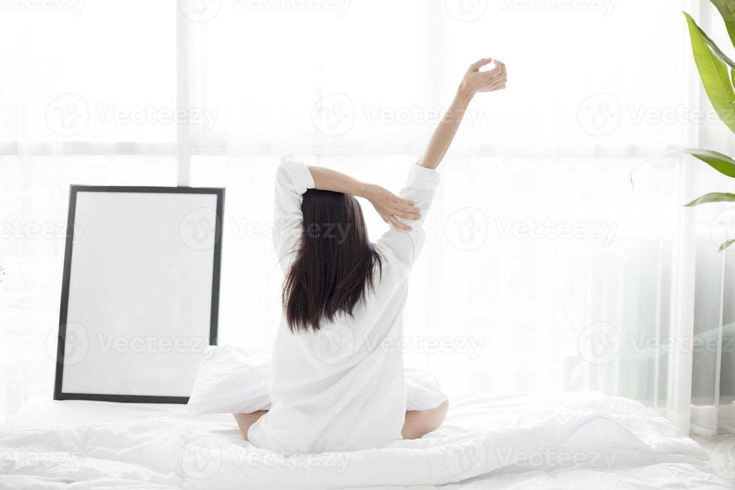 femme, étirage, dans lit photo