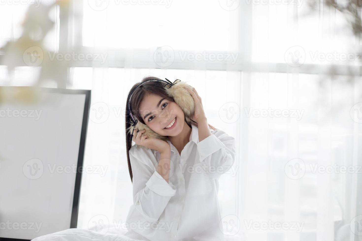 Femme asiatique portant des cache-oreilles floues photo