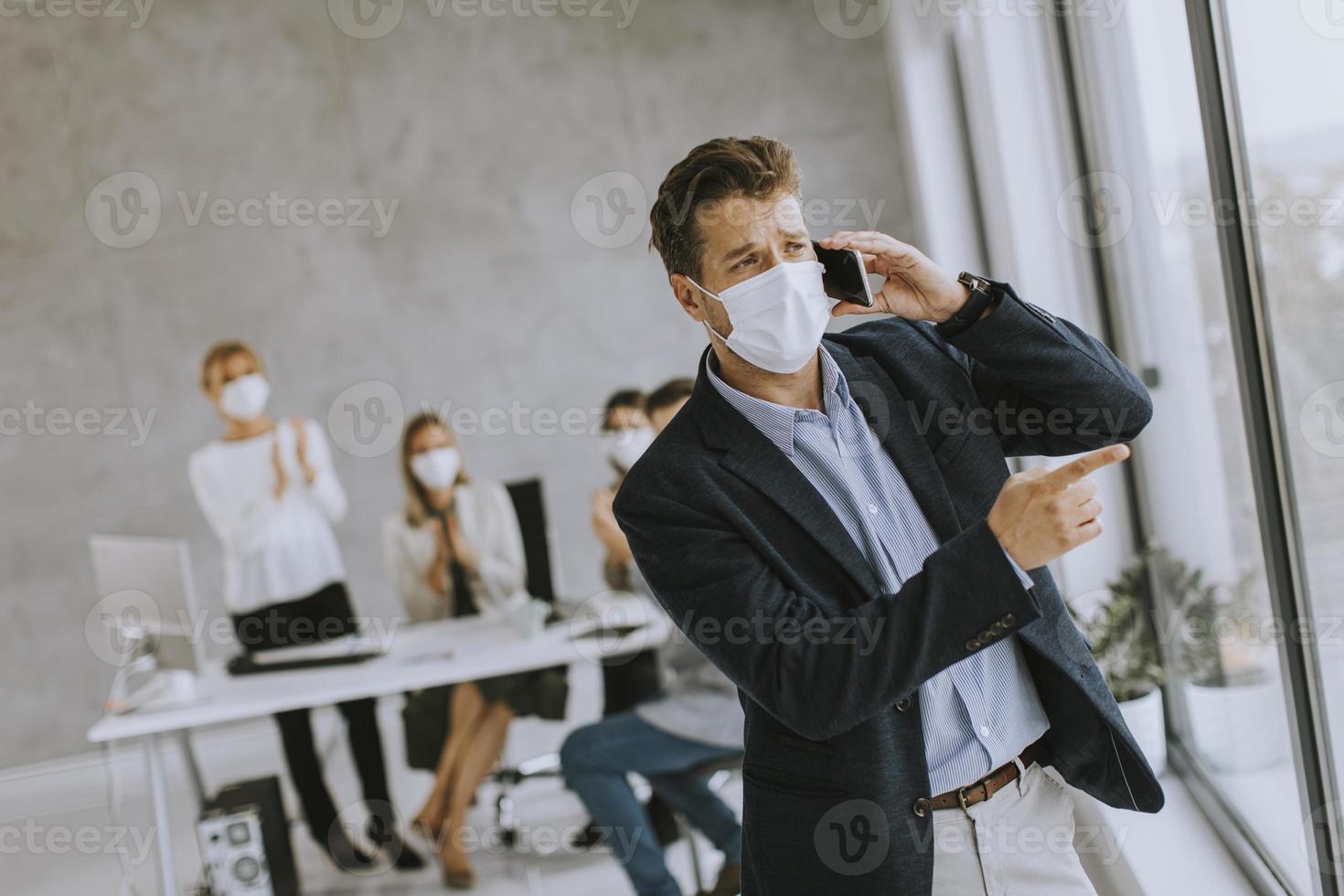 homme masqué au téléphone photo