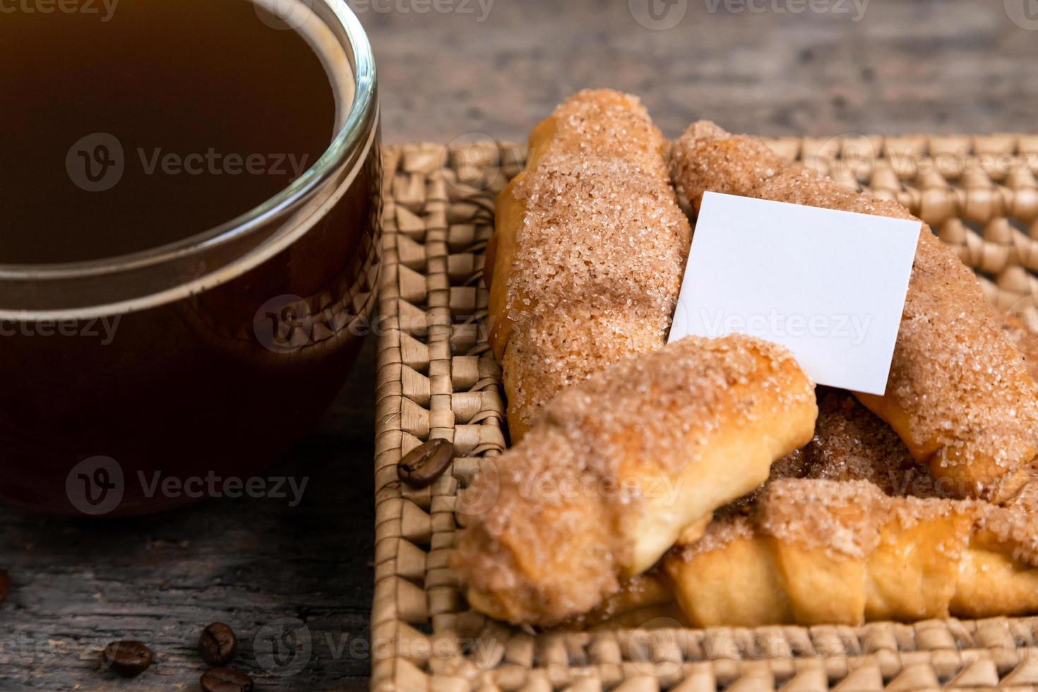 croissants se trouvent dans un panier en osier avec tasse de thé photo