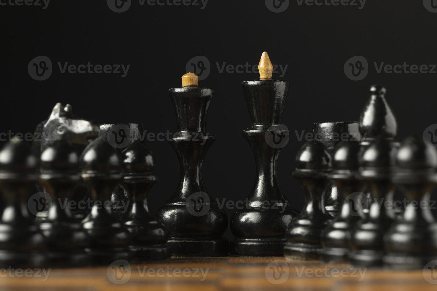 Pièces d'échecs noires sur échiquier pièces de roi et de reine photo