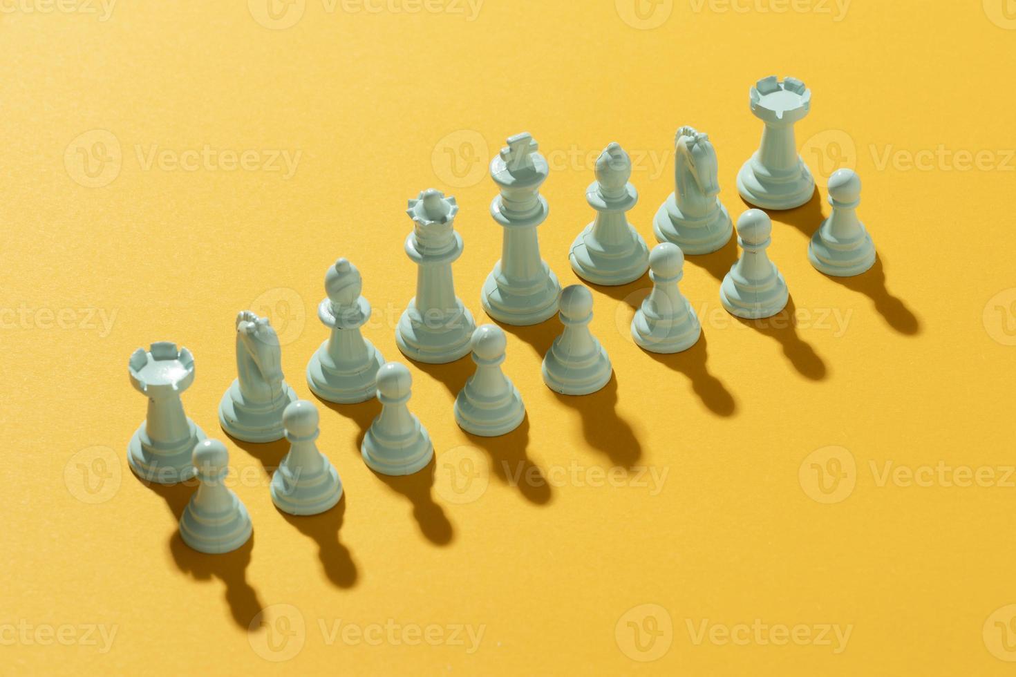 Échecs de l'équipe blanche sur fond jaune photo