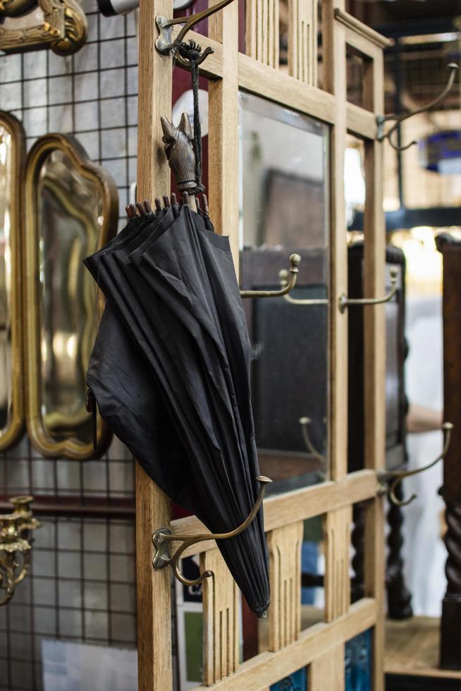 assortiment d'objets du marché d'antiquités photo