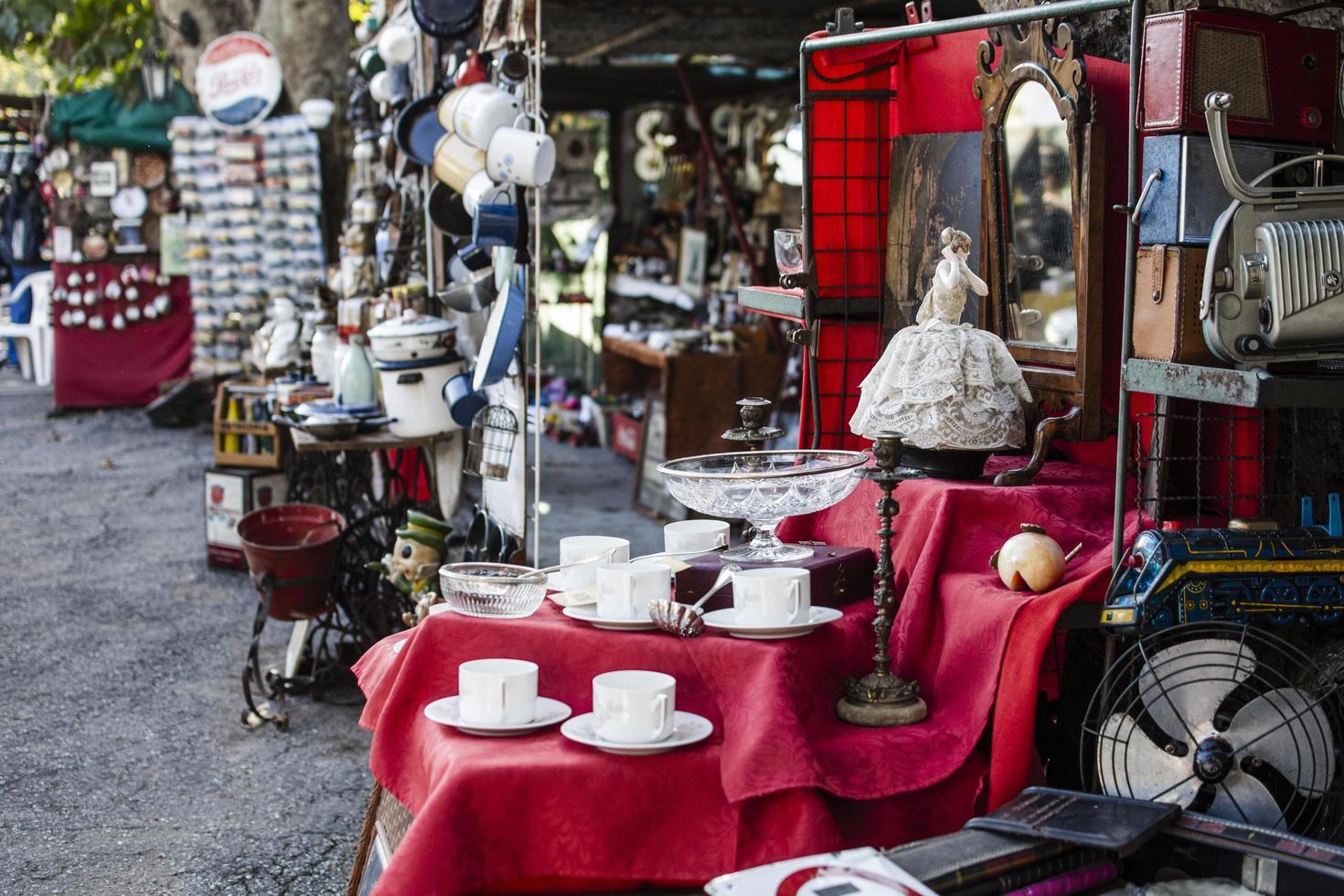 assortiment d'objets de marché d'antiquités photo