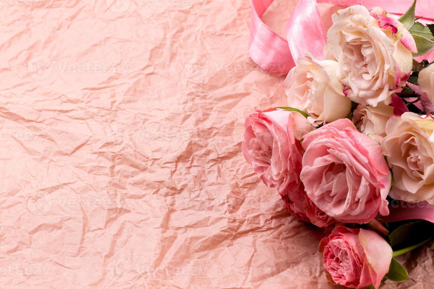 un bouquet de belles roses sur un fond rose artisanal avec un espace pour le texte photo