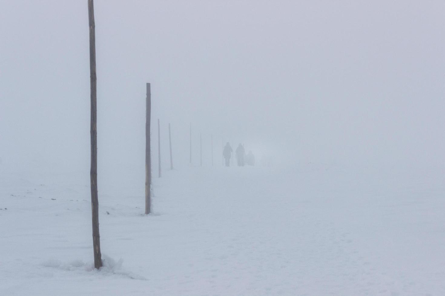 marcher pendant une tempête de neige photo