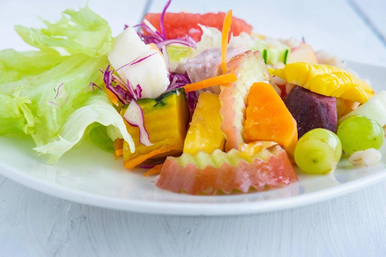 salade de fruits et légumes sains photo