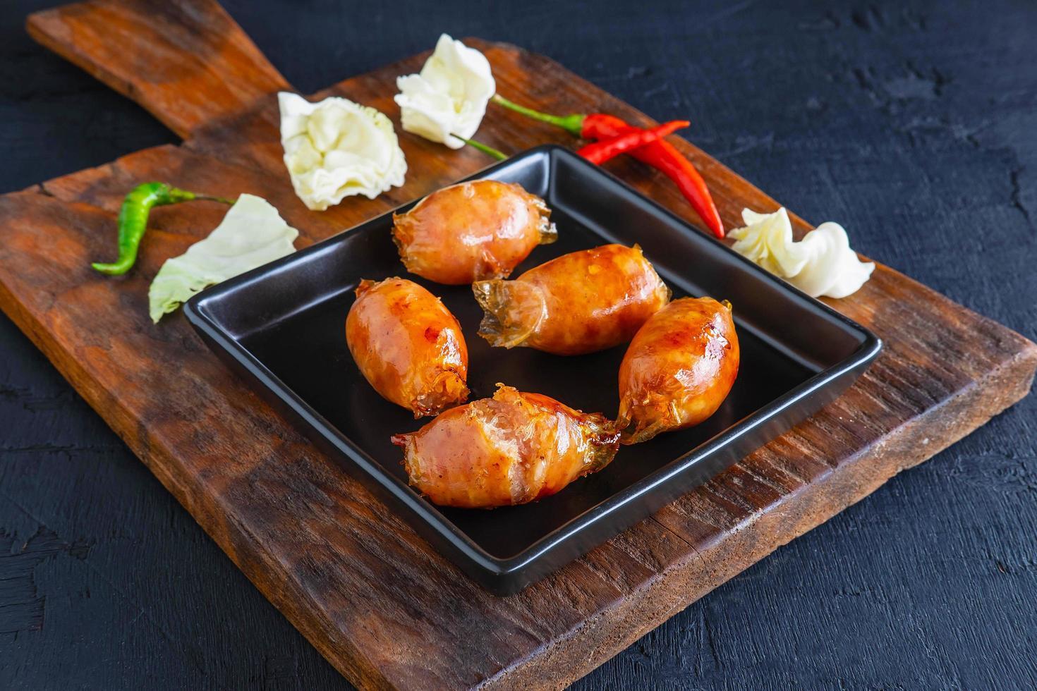 saucisses maison frites dans une poêle photo