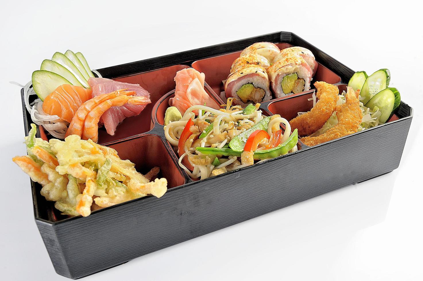 ensemble de sushi et tempura de cuisine japonaise photo