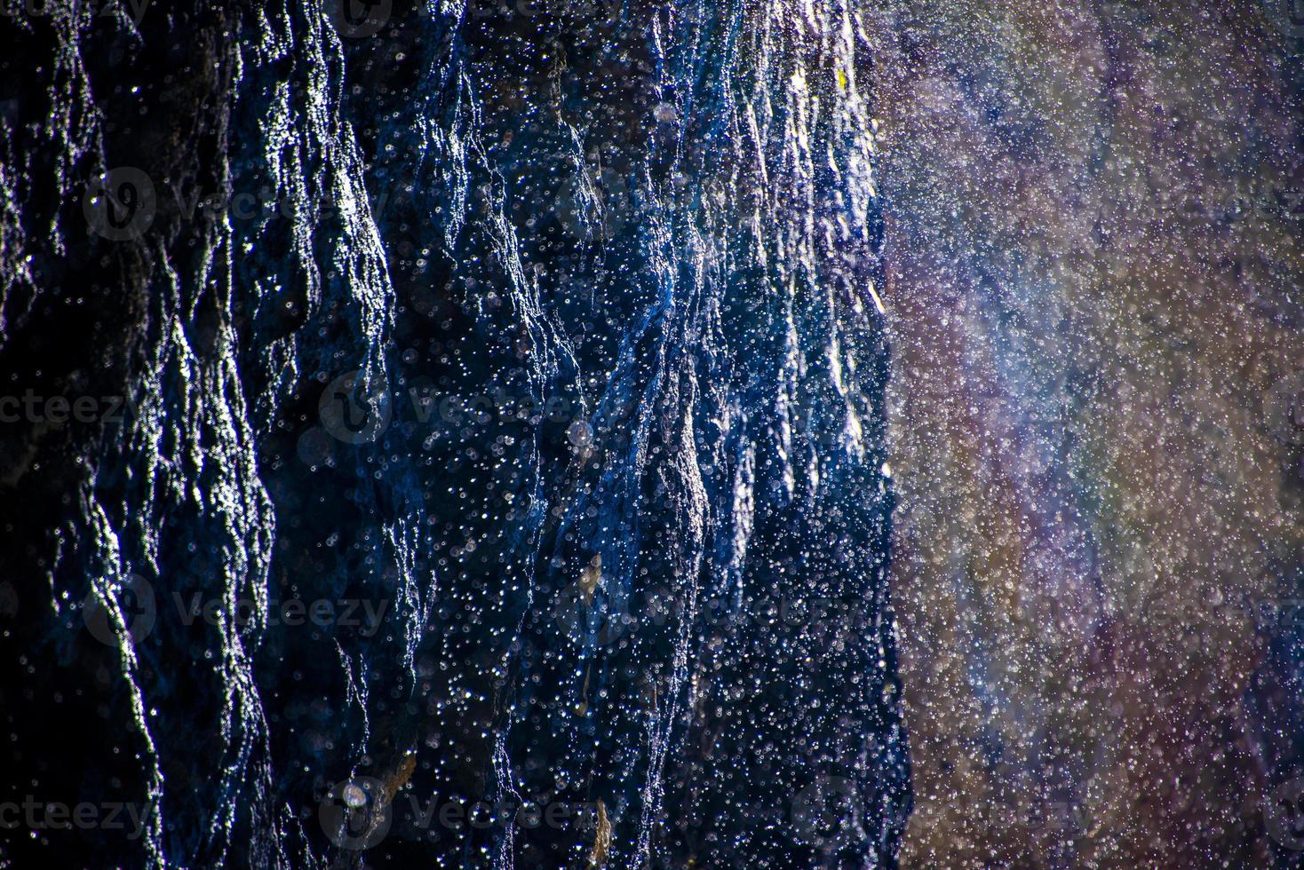 gouttes d'eau sur la roche dolomitique photo