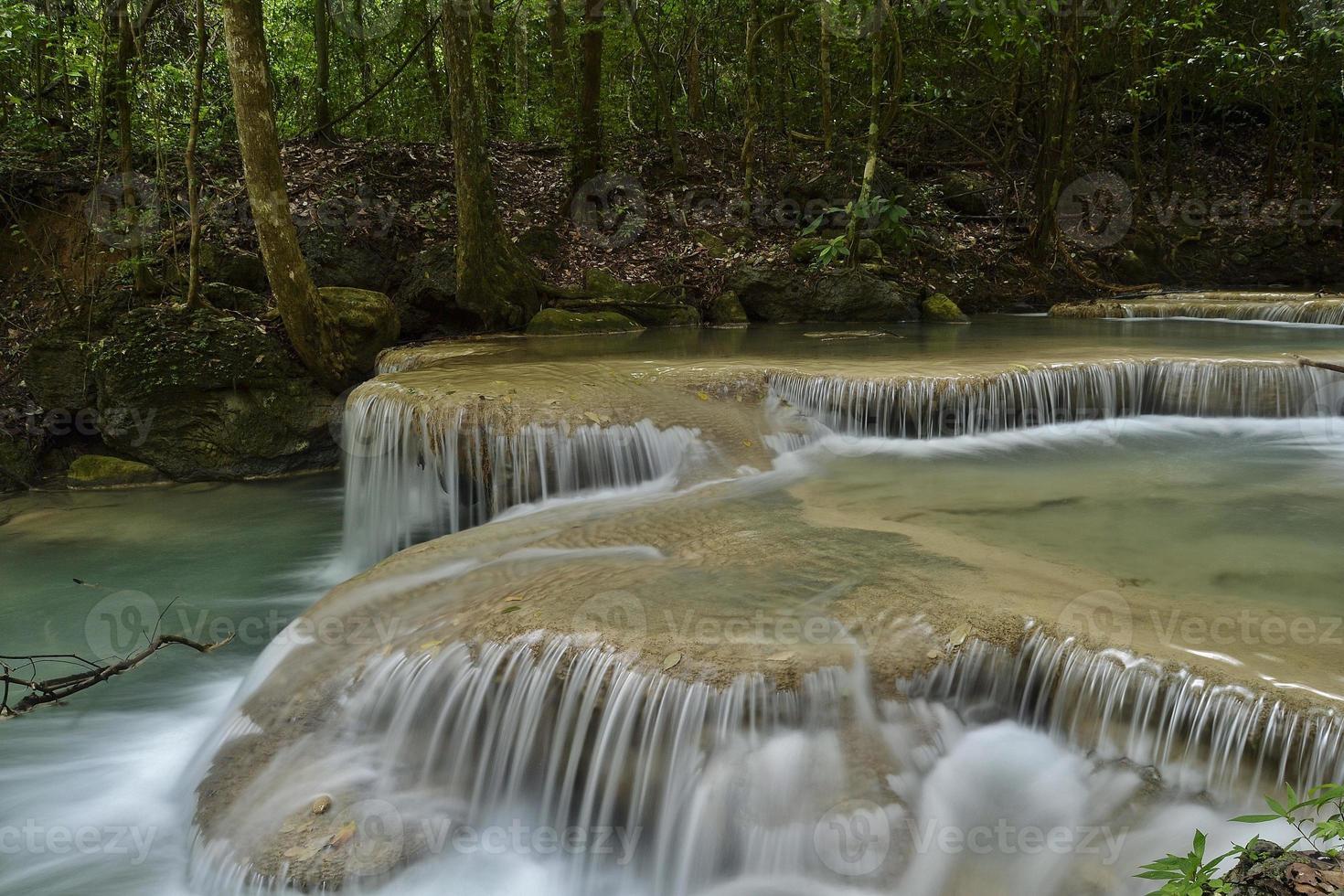 Cascade d'Erawan dans une forêt de Thaïlande photo