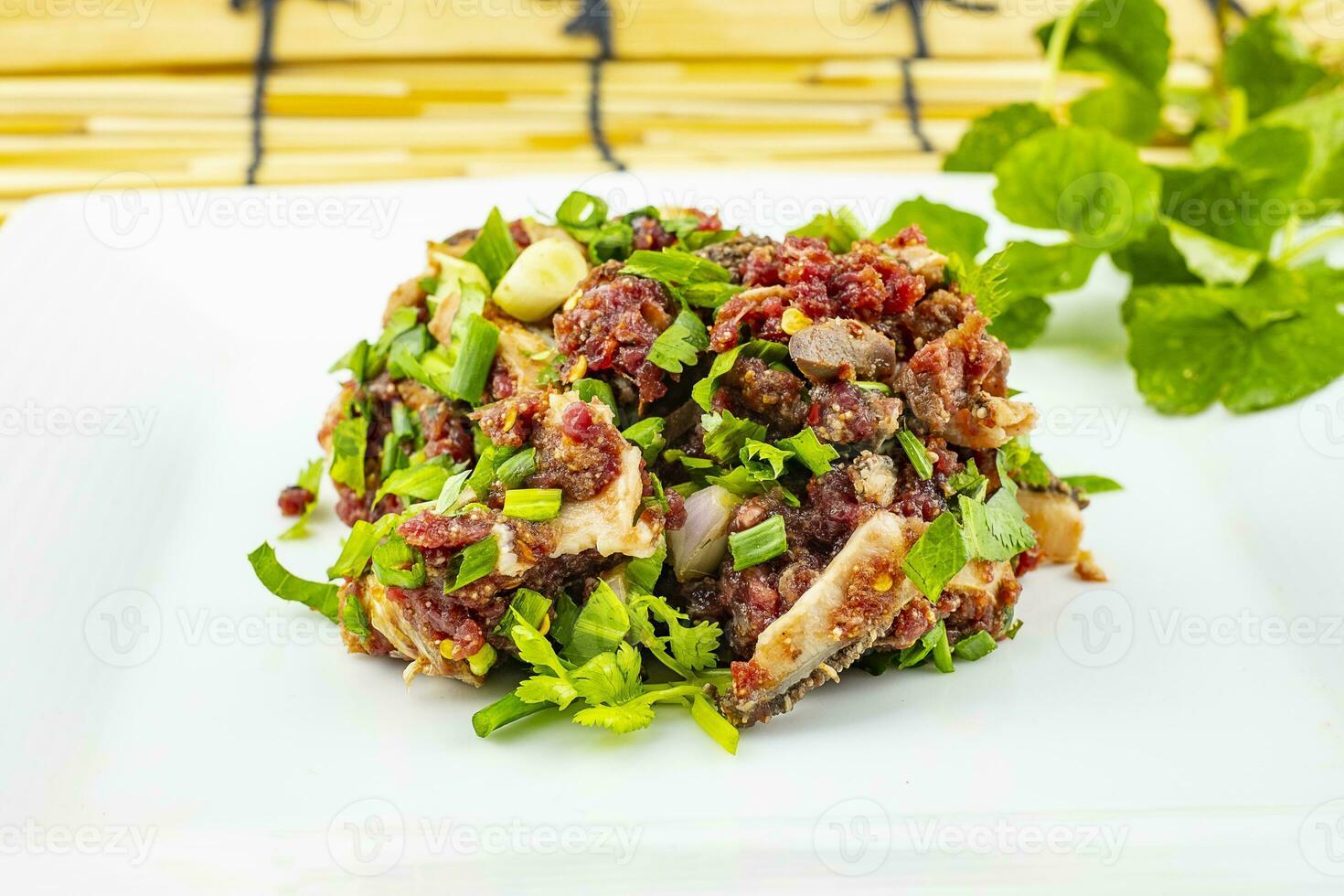 Salade de bœuf haché épicé, larb est une cuisine thaïlandaise traditionnelle photo