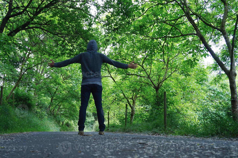homme trekking sur la montagne photo