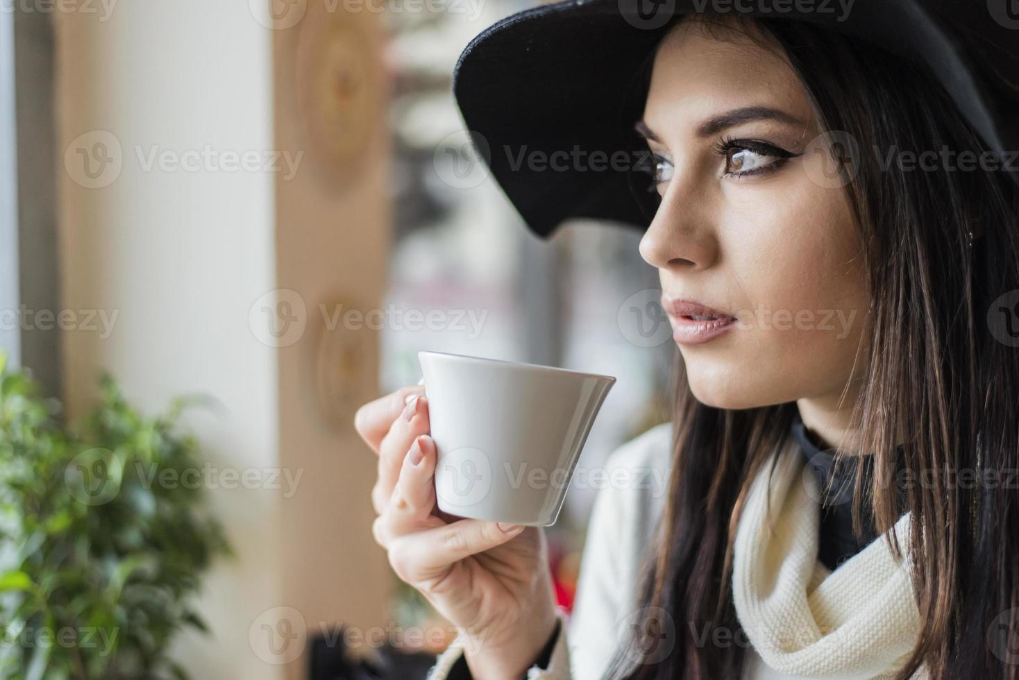 élégante jeune femme avec chapeau photo