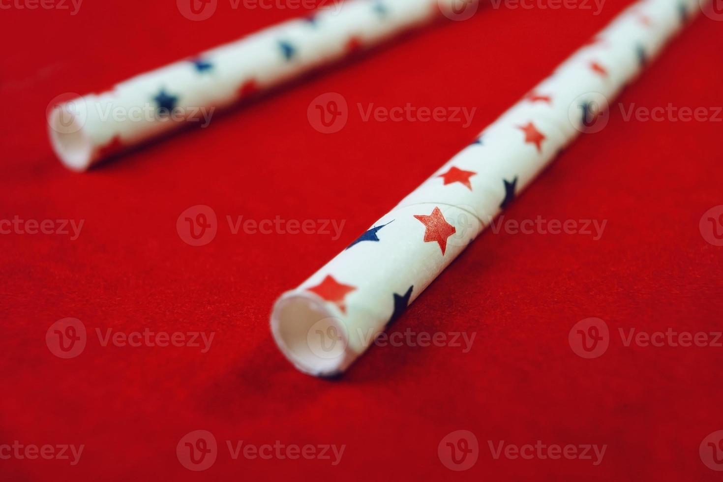Une macro étonnante et patriotique de deux tuyaux avec texture étoile et fond rouge qui rappelle le drapeau des États-Unis photo
