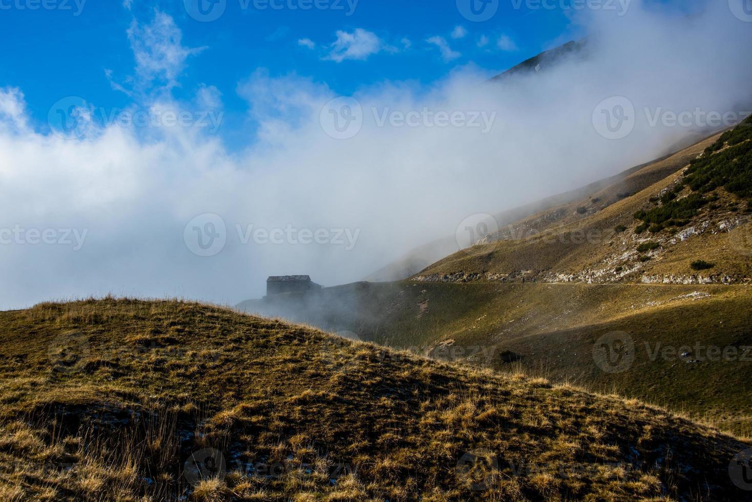 cabane parmi les champs d'automne jaune sur les alpes deux photo
